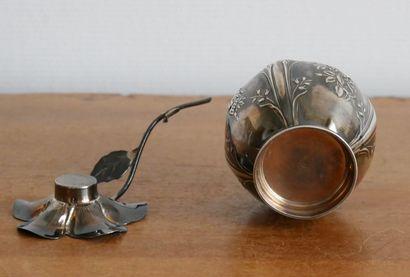 Lot en argent comprenant:  Un petit pot en argent 925 millièmes à décor de rinceaux...