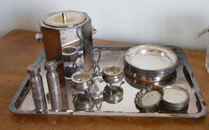 Lot de métal argenté comprenant:  1 plateau de présentation. Dimensions: 44 x...