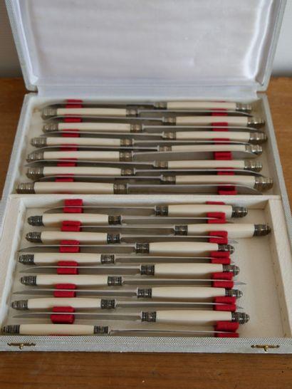Suite de 12 petits et 12 grands couteaux,...