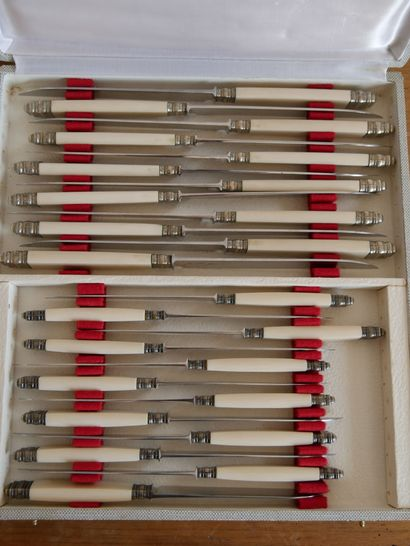 Suite de 12 petits et 12 grands couteaux, le manche en os.  Longueur du grand couteau:...