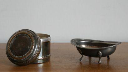 Lot de métal argenté comprenant:  Une boite couverte à décor de frise de laurier....