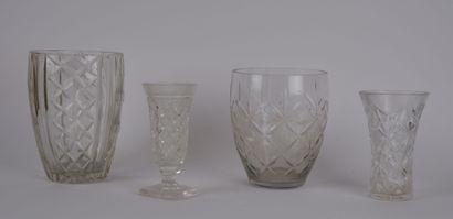 Lot de 4 vases en verre dont un en cristal...