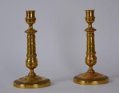 Paire de bougeoirs en métal doré à décor...