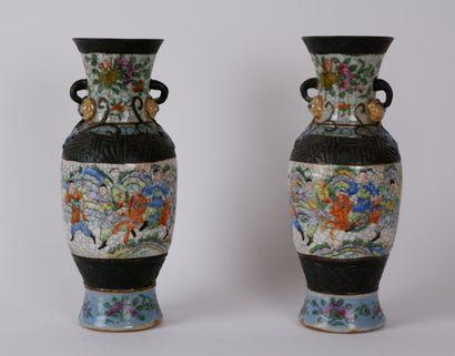 CHINE, Nankin  Paire de petits vases en porcelaine...