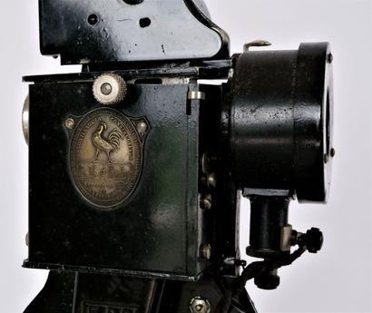 Projecteur Pathé Baby, tôle noir, n°222891-G2, 115 Volts.  11 Bobines de film dont...