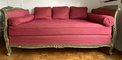 Petit lit d'alcôve en bois sculpté, laqué...