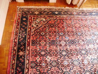 Grand tapis en soie à 3 bordures, le centre...
