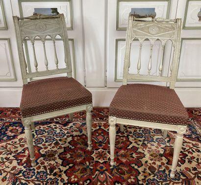 Suite de six chaises en bois relaqué gris...
