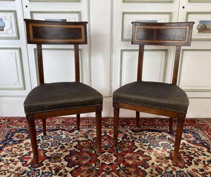 Paire de chaises en bois teinté acajou à...