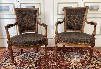 Paire de fauteuils en hêtre mouluré à dossier...