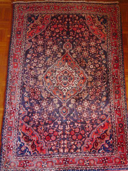 Petit tapis en soie à une bordure centré...