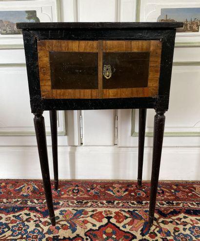 Petite table d'appoint en placage de bois...