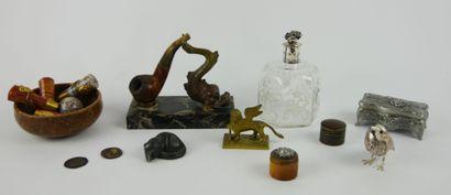 Lot d'objets divers comprenant:  Une boite...