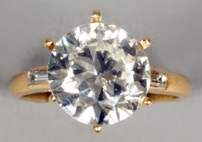 Bague en or jaune, sertie d'un diamant rond...