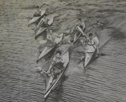 Photographie. Kayaks en tête de la course...