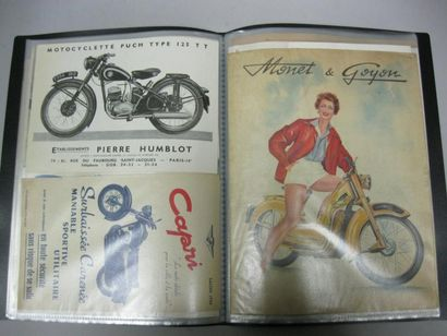 Ensemble de publicités sur les motos, dans...