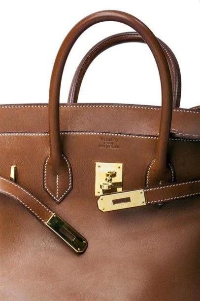 HERMES. Sac Birkin 35 cm en cuir barénia gold, surpiqûres blanches, garniture de...