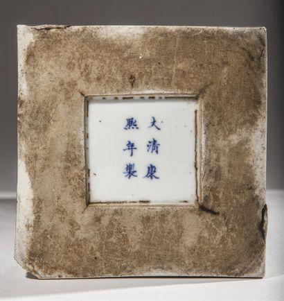 Paire de vases de forme carrée en porcelaine décorée en bleu sous couverte des fleurs...