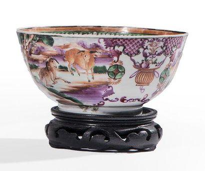 Bol en porcelaine décorée en émaux polychromes...