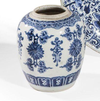 Pot en porcelaine décorée en bleu sous couverte...