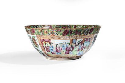Grand bol en porcelaine à décor polychrome...