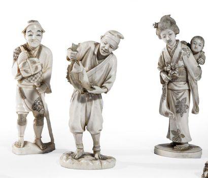 Trois okimono en ivoire, jeune femme debout...