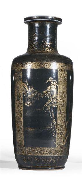 Vase de forme rouleau en porcelaine émaillée...