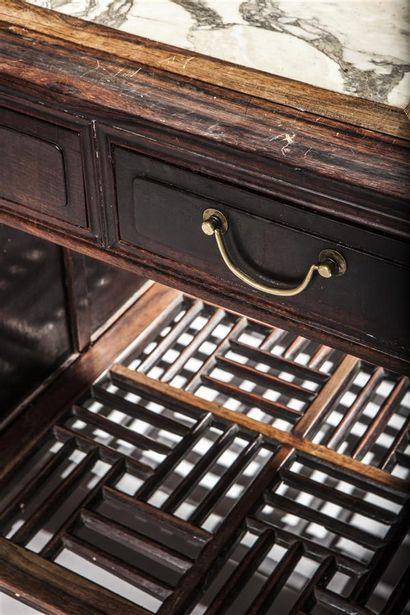 Bureau à caissons ouvrant par douze tiroirs et deux vantaux sur deux faces. Dessus...