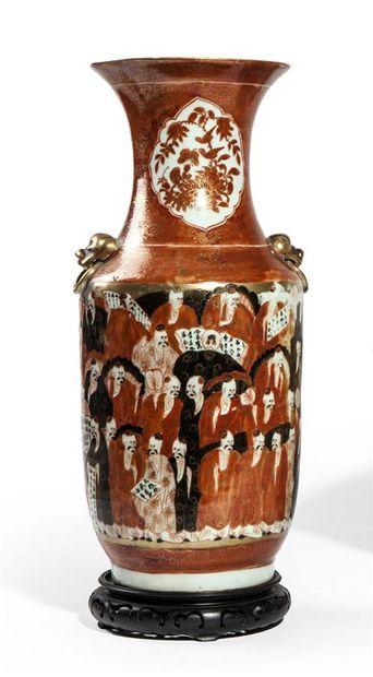 Vase balustre en porcelaine émaillée rouge...