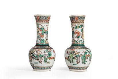 Paire de vases bouteilles en porcelaine décorée...