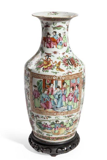 Vase en porcelaine décorée en émaux polychromes...