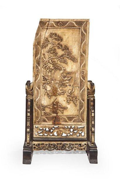 Écran en ivoire sculpté d'une scène de guerriers...