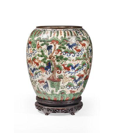 Rare vase à panse ovoïde en porcelaine à...