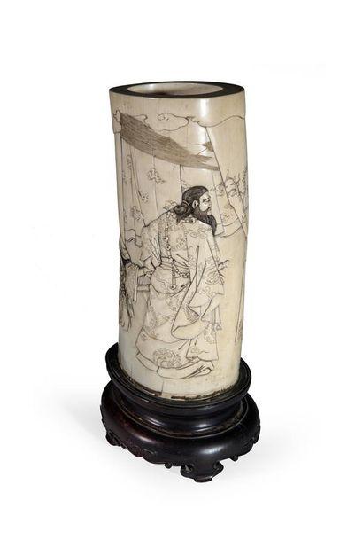 Vase en ivoire sculpté d'un couple, l'homme...