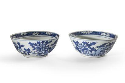 Paire de vasques en porcelaine blanche décorée...
