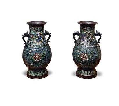 Paire de vases balustre en bronze à émaux...