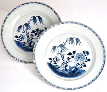 Trois assiettes décoratives en porcelaine...