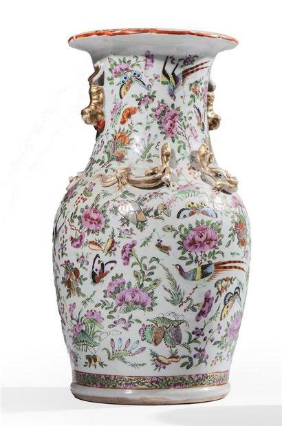 Vase de forme balustre en porcelaine décoré...