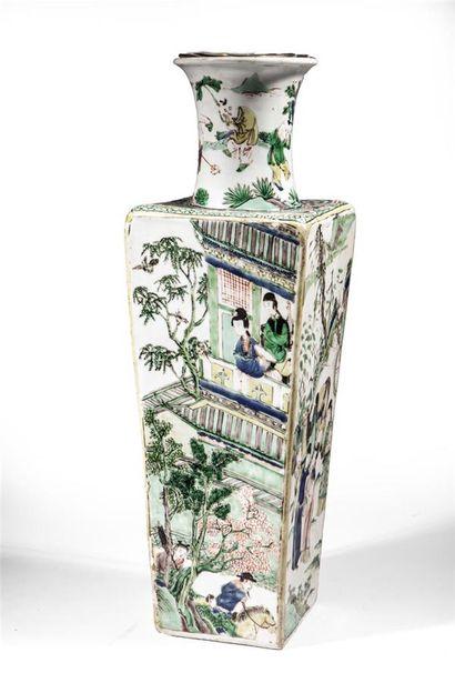 Vase quadrangulaire en porcelaine aux émaux...