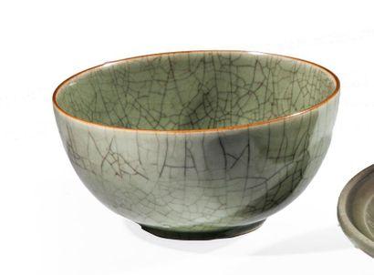 Vasque en porcelaine émaillée céladon craquelé...