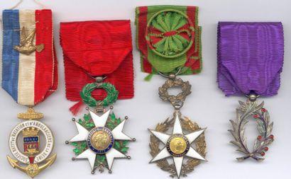 Lot de 84 décorations civiles et militaires...