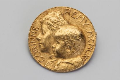 Broche médaille en or jaune 18k (750/1000e)...