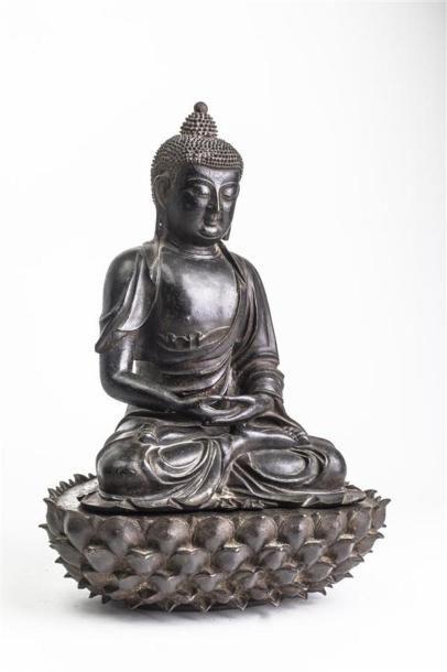 CHINE - Epoque MING (1368 - 1644) Statuette de bouddha en bronze à patine brune...