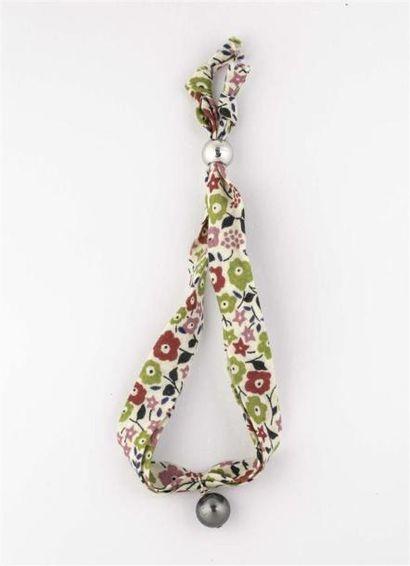 Bracelet en coton liberty orné d'une perle...