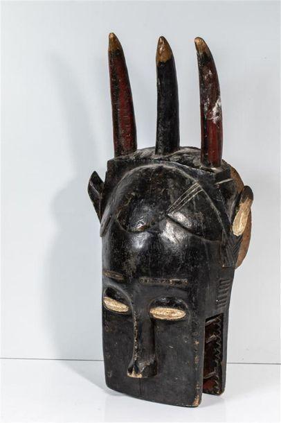 Masque animalier à trois cornes en bois à patine noire et rouge 63 x 22 cm Culture...