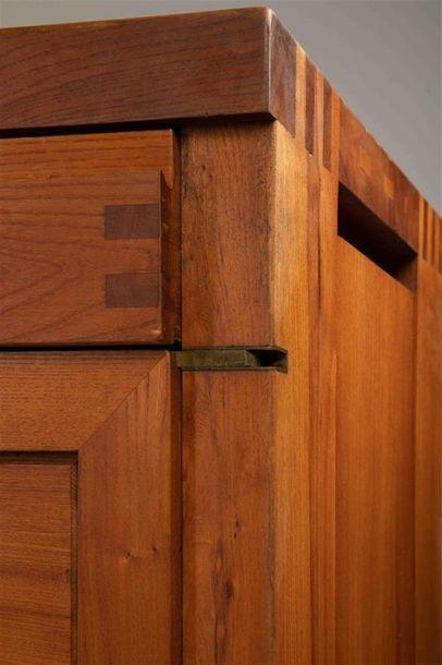 CHAPO Pierre (1927 - 1987) Buffet 2 portes et 8 tiroirs en orme Modèle R 13 Provenance...