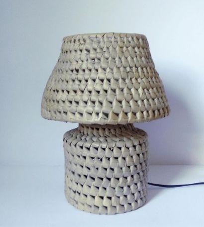 Amusante lampe à poser formant boite en paille...