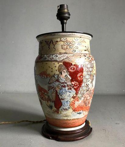 Lampe constituée d'un vase en faience de...