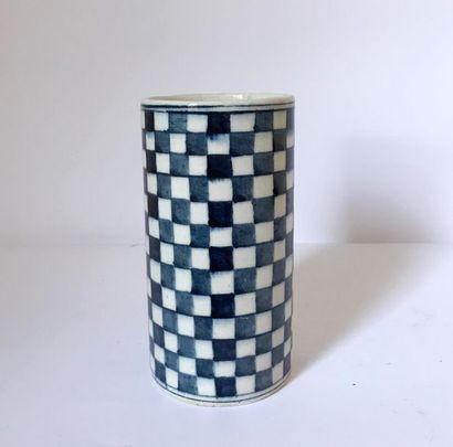 Vase rouleau en céramique émaillée d'un décor...