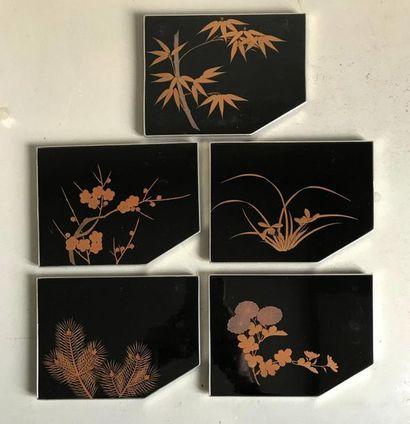 JAPON Suite de cinq petits plateaux présentoirs...